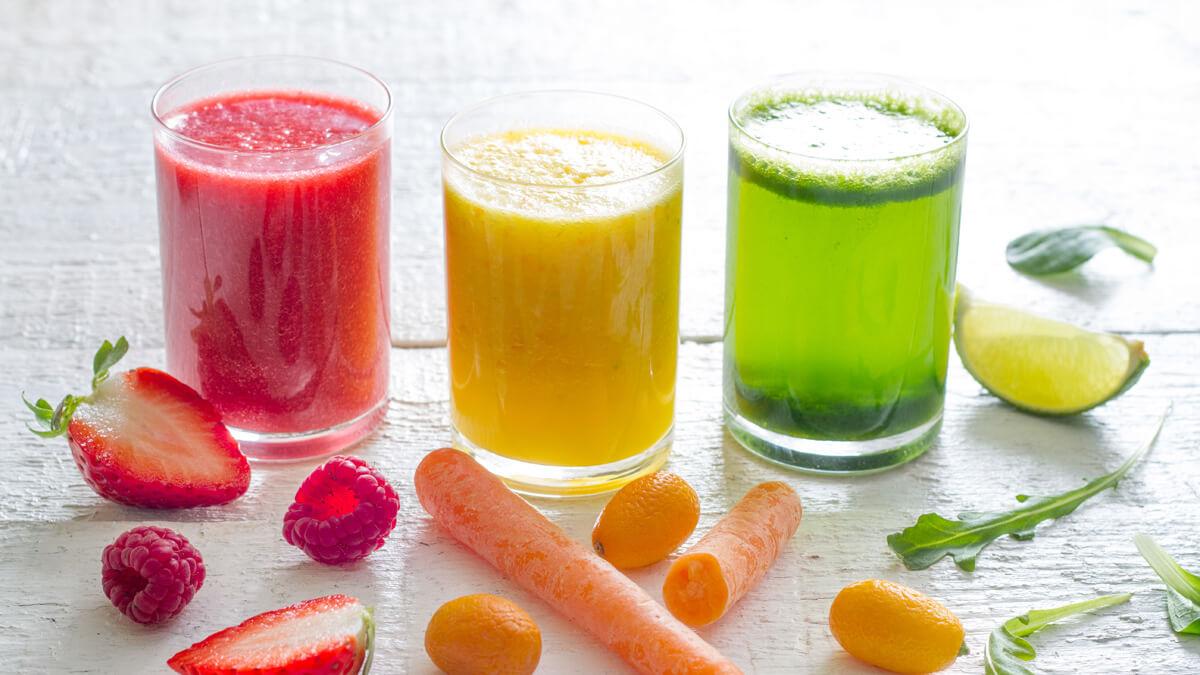 Sumos de fruta e vegetais: 5 receitas saborosas e os seus benefícios